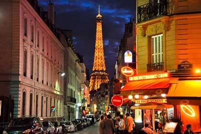 Fotografía de la Torre Eiffel en la academia de idiomas Booster Learning Center